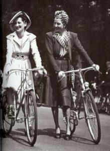 5e32b48c76c5cec950b85b3110061d58.jpg women on bikes